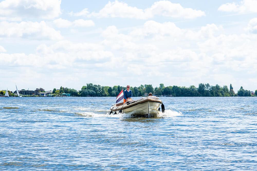 Aalsmeer: bloemendorp aan het water