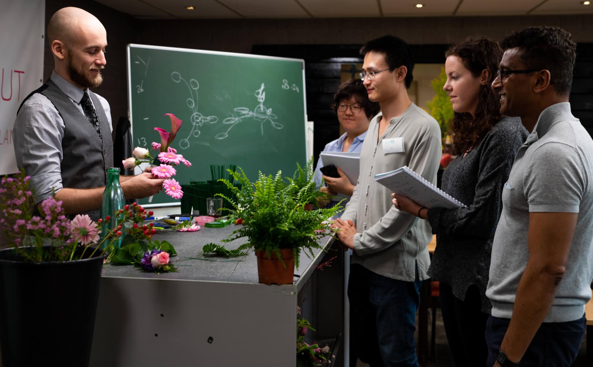 Het schikken van bloemen in Aalsmeer bij Boerma Instituut