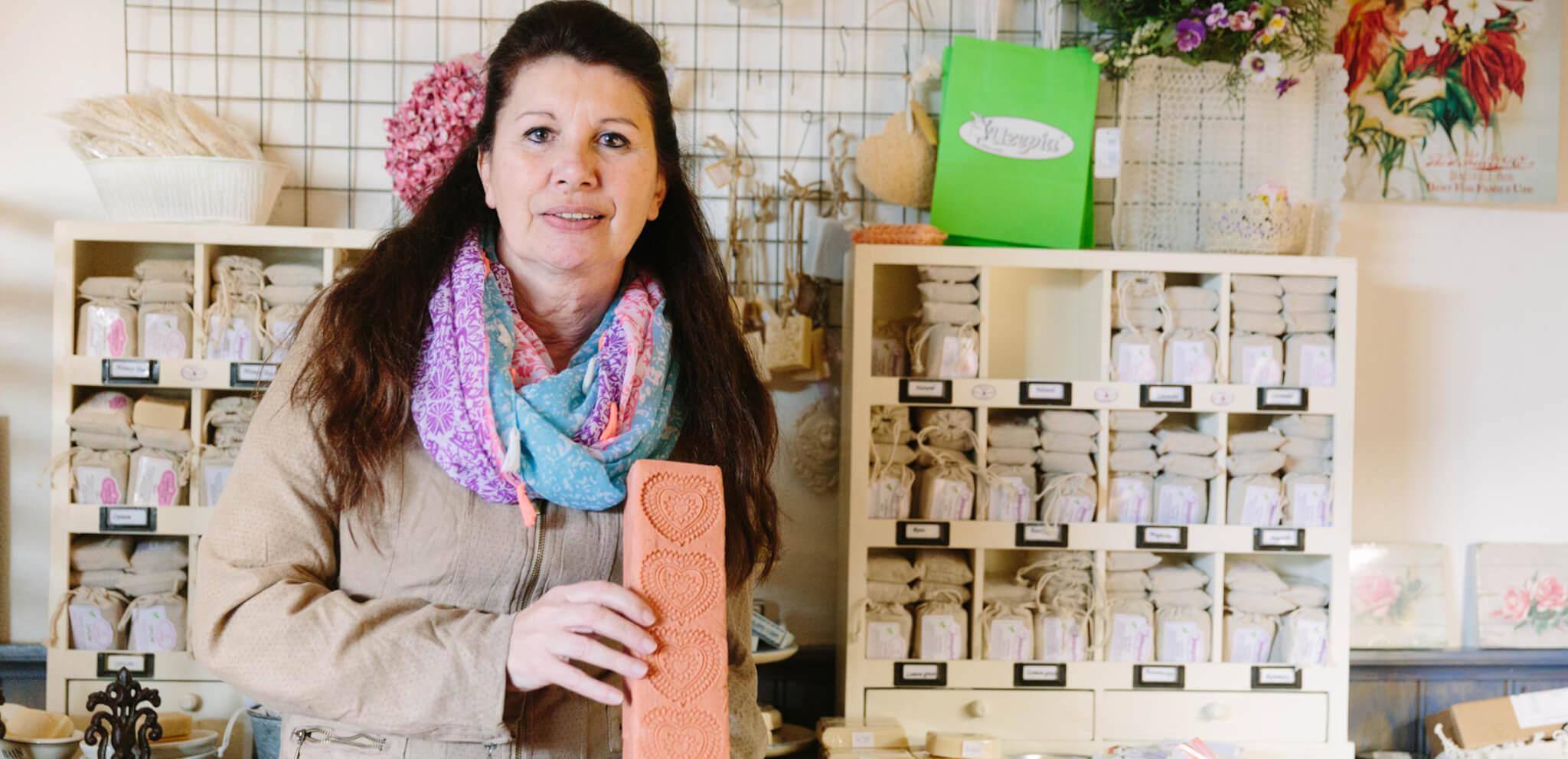 Leontien met haar handgemaakte zeep in haar Zeepatelier Uzepia in Kudelstaart
