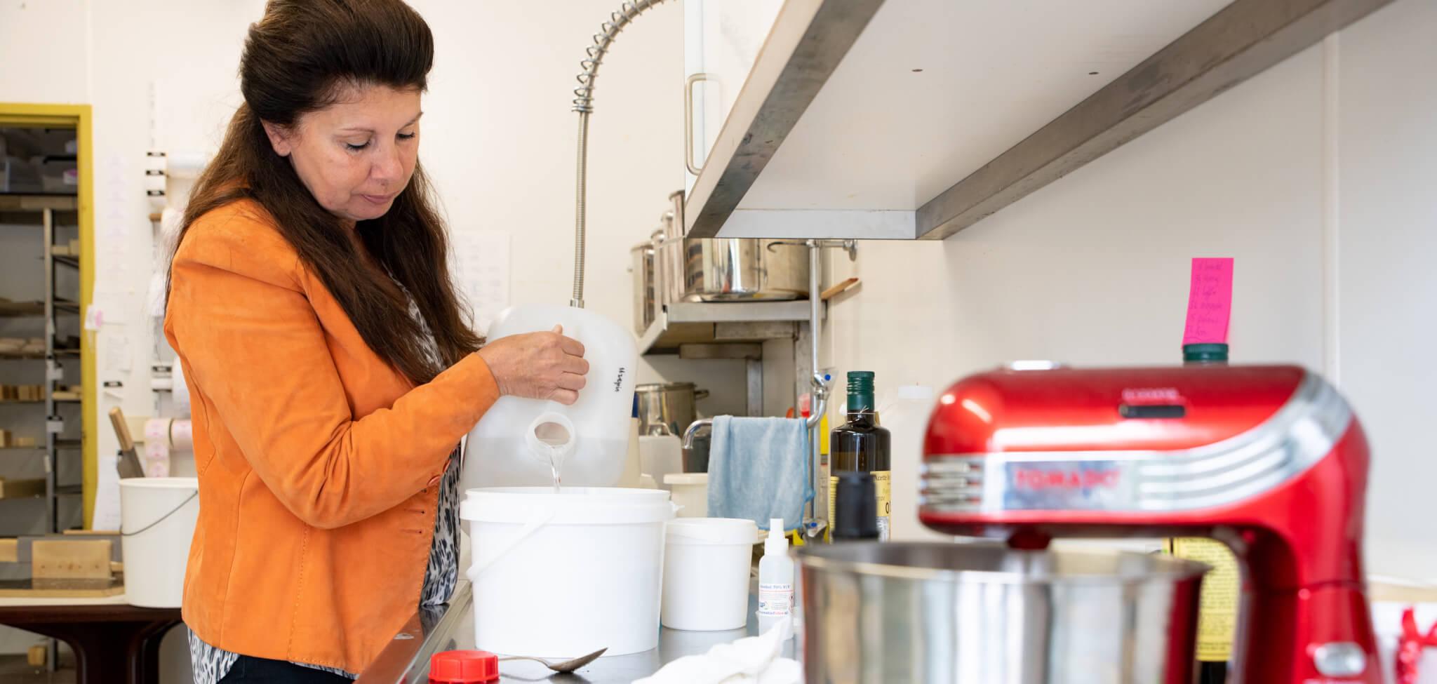 Leontien maakt met de hand zeep in haar Zeepatelier Uzepia in Kudelstaart
